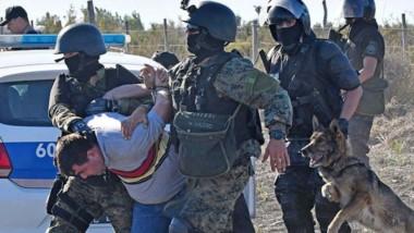 Perro. Una de las postales que dejó la intervención policial, con uno de los manifestantes ya esposado.
