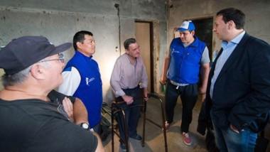 El intendente visitó a algunas de las familias que fueron beneficiadas.