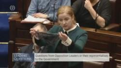 El martes, una diputada también enarboló su ropa interior en el parlamento.