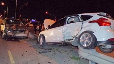 El vehículo Ford Focus quedó sobre un guardrail luego de ser impactado por otro rodado el viernes último.