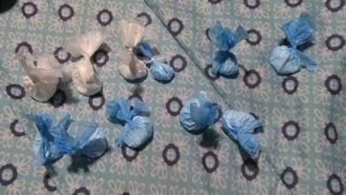 Envoltorios de cocaína y marihuana fueron encontrados en la mayoría de los sitios que fueron allanados.