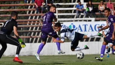 """El trelewense Franco Niell, de cabeza, convirtió el primer gol de la """"Banda"""" ayer. Guillermo Brown no resistió y  cedió otras dos unidades de local."""