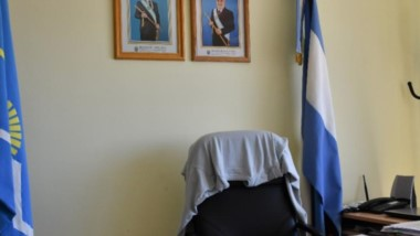 """Los dos. El despacho de """"Chuchi"""" Awstin en Rawson tiene los cuadros oficiales de Arcioni y de Das Neves."""