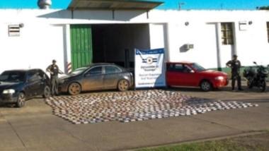 Paquetes. Gendarmería mostró los ladrillos de droga secuestrados y los tres coches que se usaron para intentar ingresarla en Chubut.
