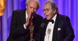 El director, actor y músico Clint Eastwood fue el encargado de entregarle la estatuilla.