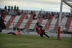 Sin arquero, Gonzalo Sosa empuja al gol tras pase de Kevin Rosas.