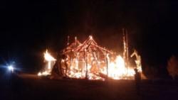 Una escuela y al menos tres viviendas fueron incendiadas durante la madrugada del lunes en el sur de Chile.