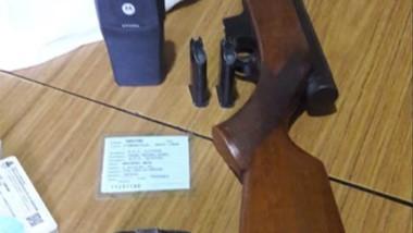 Armas y equipo de radio con presunta frecuencia policial en una casa.