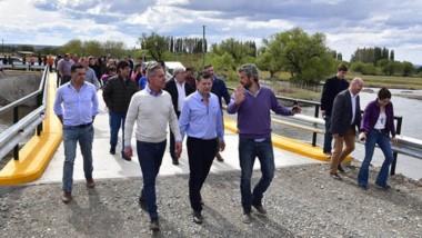 Explicaciones. El gobernador junto al intendente Limarieri dejó habilitado un puente en Costa de Gualjaina.
