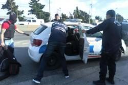 El momento en que detenían a uno de los sospechosos (foto Diario Crónica)