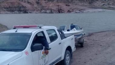 Descubrimiento. La lancha apareció sumergida y debió ser remolcada desde la orilla del lago del embalse.