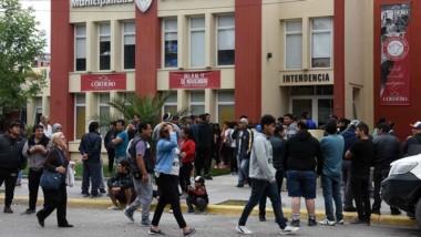 Los trabajadores marcharon y reclamaron en la Municipalidad del Golfo.