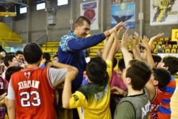 Ayer, el Colo compartió sus experiencias con los más chicos (premini, mini y U13). (Foto: Maxi Jonás).