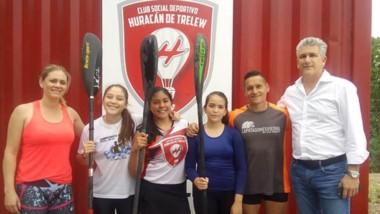 """Las tres niñas joyas del canotaje de Chubut, junto al presidente de Huracán de Trelew, Thomas Maza, y el entrenador """"Manolo"""" Velázquez."""