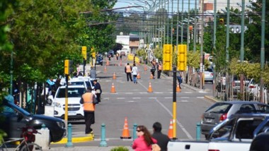 Arrancó. El personal municipal estuvo atento para poder acostumbrar a los vecinos a la doble circulación.