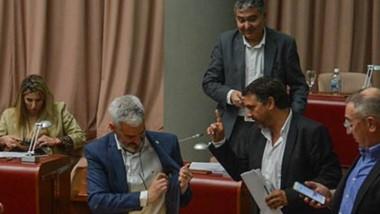 Entre sonrisas y caras serias. Los diputados de CST reprocharon que se les haya impedido hablar durante otra sesión caliente en el parlamento, cuyas decisiones están en veremos.