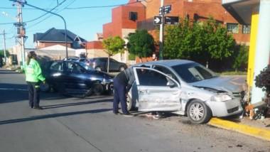 Un VW Polo y un Chevrolet Astra colisionaron en una clásica esquina.