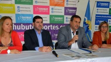 Lorena Barroso, Walter Ñonquepán, Darío Santos y Gisel Morón, ayer en la presentación del convenio entre el Círculo de Chubut y el de Buenos Aires.
