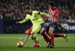 El Atletico de Madrid no puede cortar la racha ante el Barcelona que empató en el último minuto con gol de Dembélé.