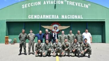 """El comandante mayor Jorge Rodríguez, y el jefe de la sección, Ramón Chamarez junto al personal de la sección de aviación """"Trevelin""""."""