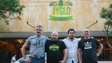 Los responsables del emprendimiento Jyglo,  bar cervecero con doce canillas de distintas variedades.