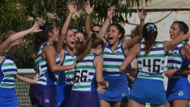 """Las """"Cebras"""" ganaron y festejan su clasificación a la final."""