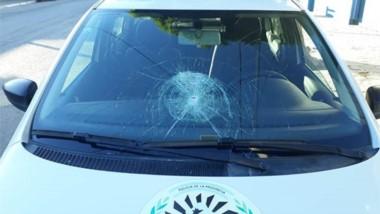 Destrozos. El patrullero quedará fuera de servicio culpa de la actitud iracunda de quienes resistieron.