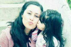 La pequeña Shaiel junto a su mamá.