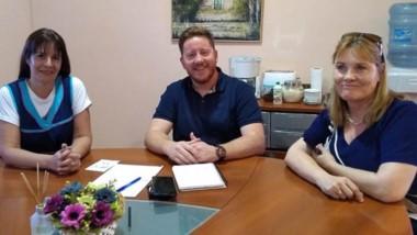 Sonrisas. El intendente, entre ambas docentes tras la reunión.