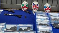 En el procedimiento se incautaron de tres mascaras de payasos, siete kilos de marihuana, uno de cocaína, 700 dosis de paco, 26 teléfonos celulares y 17.800 pesos en efectivo.