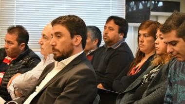 Rostros. Comerciantes y funcionarios durante la audiencia de ampliación realizada en la Oficina de Rawson.