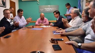 Aplausos. Tras arduas negociaciones, el despacho de Sastre fue el escenario de la rúbrica del acuerdo.