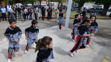 Baile. Los chicos fueron los protagonistas de la reinauguración de un espacio verde que reclamaban muchos vecinos de Trelew.