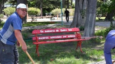 Personal municipal procedió a instalar el banco rojo en el espacio verde sobre la calle Mariano Moreno.