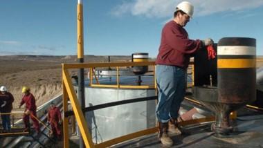Oro negro. De nuevo el petróleo se convirtió en el motor de un leve repunte de la economía provincial.