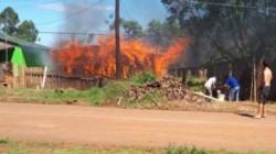 Los dos fanáticos se retiraron de la casa molestos y poco después le avisaron que la propiedad se estaba incendiado.