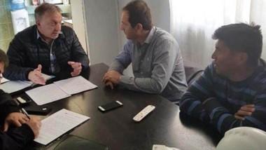 Discusión. Una postal de los técnicos discutiendo acerca de lo sucedido en los yacimientos inspeccionados.