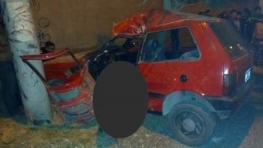 Colisión. El Fiat Uno de color rojo chocó contra el poste ubicado en la esquina de Estivariz y Contín.