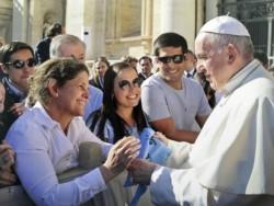 Julieta Bosch, la dirigente de la sede de Tandil de la Fundación +Vida, viajó a Roma y le entregó el pañuelo celeste al Papa.