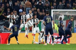 Mata la acarició de zurda en el tiro libre y clavó este gol sensacional para el 1-1 parcial del United contra Juventus.