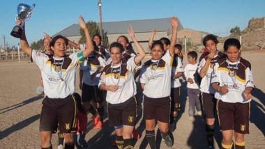 """Otros tiempos. Johana Barrera (con el trofeo en mano) se consagró campeona con Deportivo Madryn en 2014. Hoy, El """"Depo"""" no tiene equipo."""