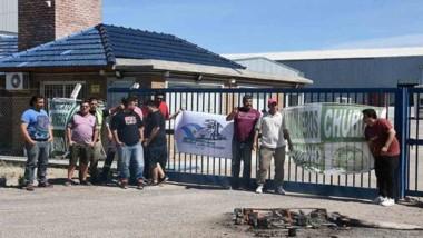 Camioneros. Una postal de la protesta del gremio en el portón de ingreso a la pesquera en Puerto Madryn.