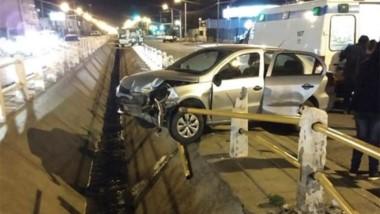 Así quedó el auto de la mujer, tras chocar contra las defensas.