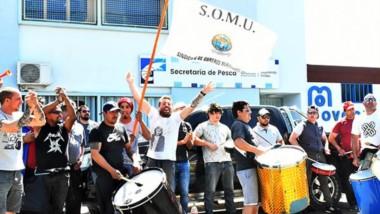 Banderas. Los marineros afiliados protestaron en la capital chubutense y esperan una mejor oferta.