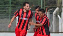 Micael Barreda, capitán de Independiente, marcó los dos goles en el triunfo ante La Ribera.