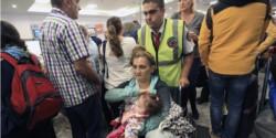 Bronca. Una mujer en silla de ruedas junto a su pequeña bebé tuvieron que aguardar 10 horas sin atención.