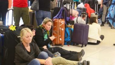 Paciencia. Una postal de los pasajeros que se quedaron con las ganas por el paro en Aerolíneas Argentinas.