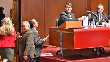Chaucito. El diputado Touriñán se retira sonriente del recinto ante la mirada sugestiva de José Grazzini.