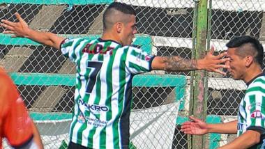 Blas Sosa celebra el gol de su autoría que abrió ayer el marcador ante J.J. Moreno.  Tras una primera fase endeble, Germinal mostró fortaleza.