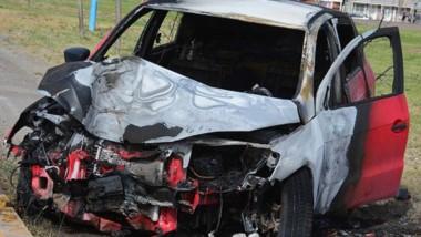 El automóvil Volkswagen Gol sufrió daños por el fuego en el motor, capot, neumáticos y parte de la cabina.